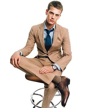 abbinamento colori uomo: vestito, calzini, scarpe